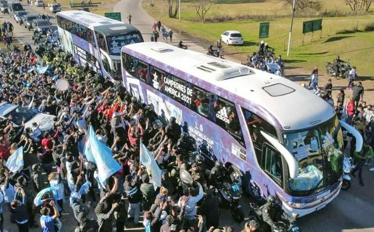 Buenos Aires: Ônibus da seleção argentina é recebido com festa e forte esquema de segurança
