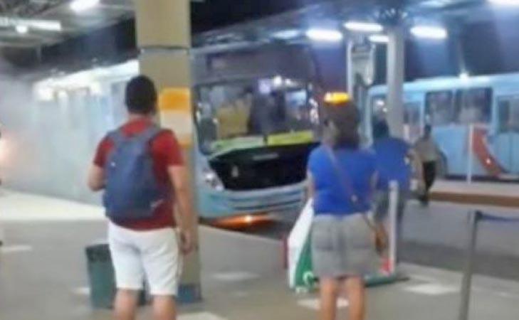 Vídeo: Ônibus pega fogo dentro do Terminal do Siqueira em Fortaleza
