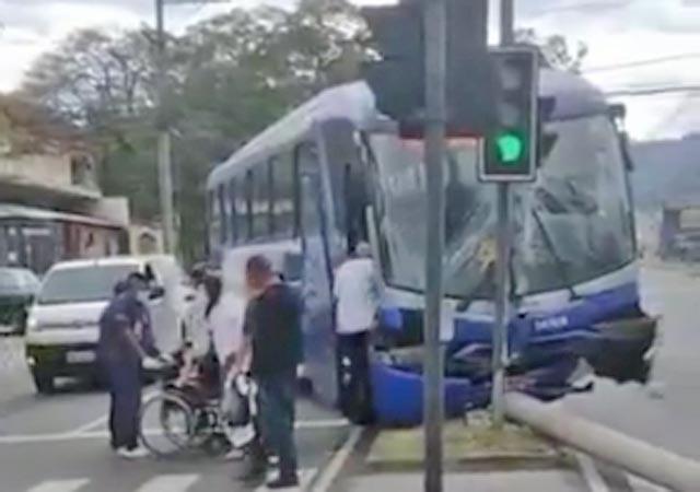 Vídeo: Ônibus bate em poste na Estrada do Mendanha em Campo Grande no Rio de Janeiro