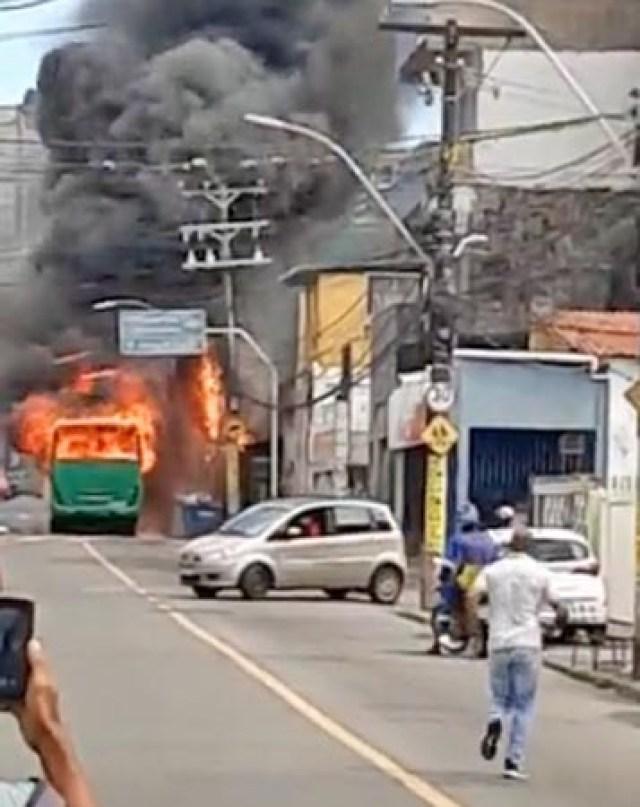 Vídeo: Bandidos incendiam ônibus da OT Trans no bairro do IAPI em Salvador - revistadoonibus