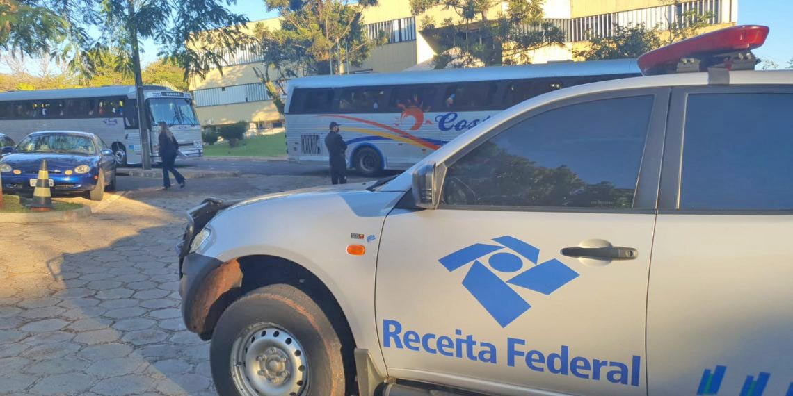 PR: Receita Federal apreende mercadorias de contrabando em 4 ônibus na BR-277