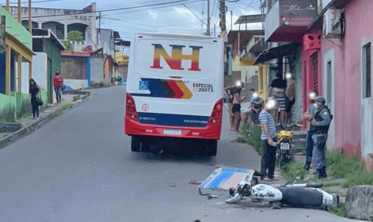 Vídeo: Motociclista morrer ao colidir com micro-ônibus na zona leste de Manaus