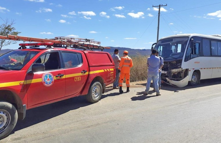 MG: Acidente envolvendo caminhonete e micro-ônibus deixa um ferido em Montes Claros