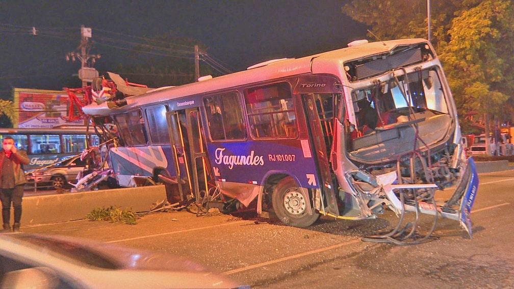 RJ: Polícia ouve motorista do caminhão guincho que causou acidente com ônibus em Niterói
