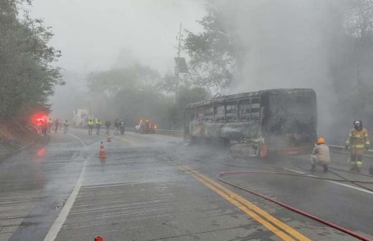 RJ: Ônibus da Viação Aparecida com funcionários da CSN pega fogo na BR-393 em Barra do Piraí
