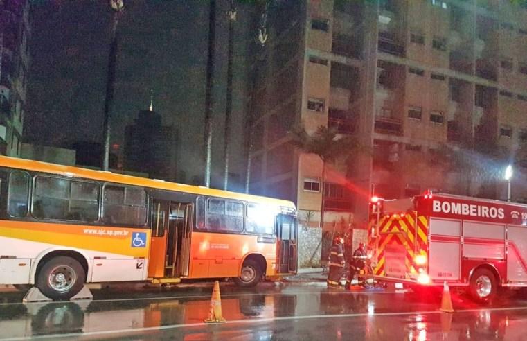 SP: Motorista de ônibus fica preso nas ferragens durante colisão em São José dos Campos