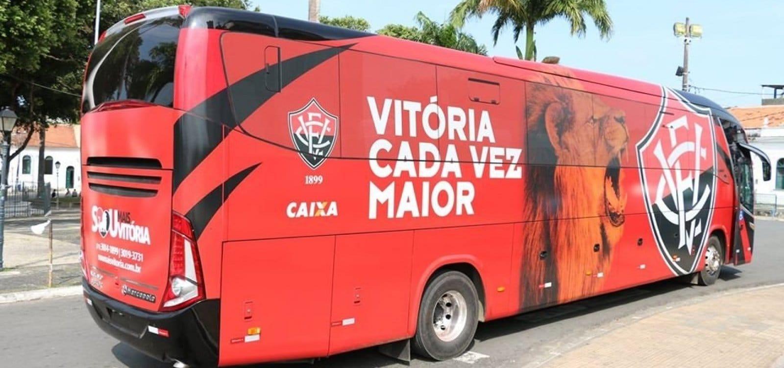 Vídeo: Torcedores do Vitória cercam jogadores ao desembarcar de ônibus no Aeroporto de Salvador