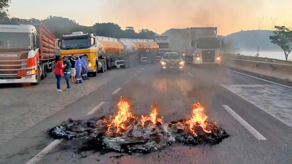 ES: Manifestação de caminhoneiros fecha trecho da BR-101