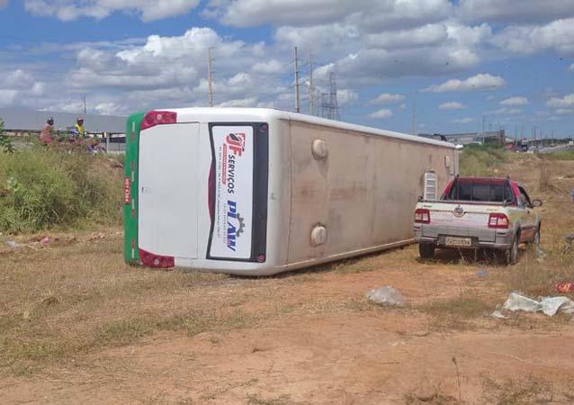 RN: Ônibus tomba às margens da BR-304 em Mossoró