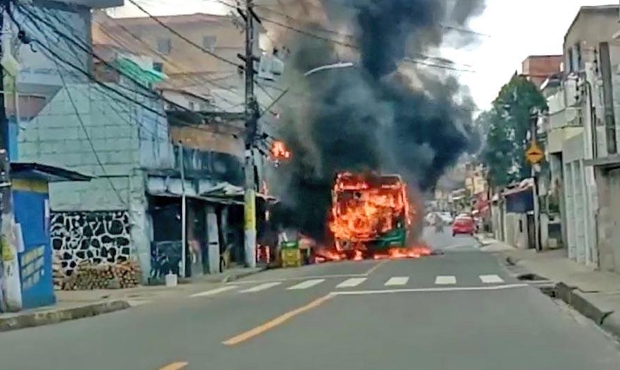 Vídeo: Bandidos incendiam ônibus da OT Trans no bairro do IAPI em Salvador