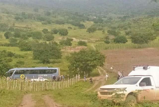 BA: Ônibus da Cidade Sol atola na rodovia BA-424 entre Mairi e o distrito de Angico - revistadoonibus