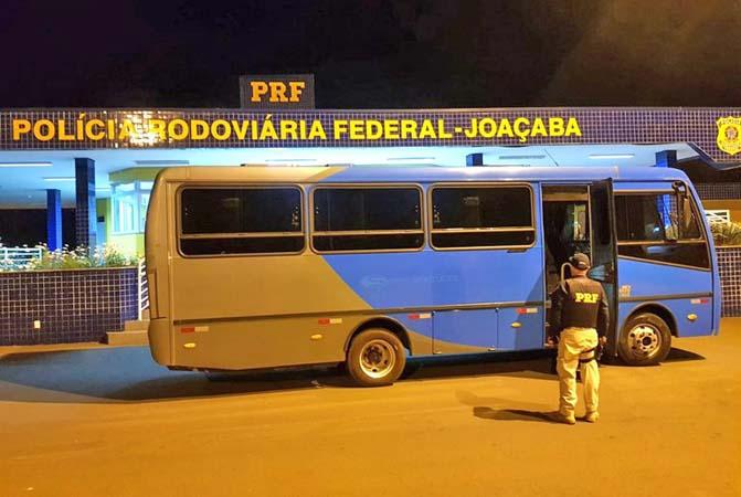 SC: PRF apreende mais de meio milhão de reais em cigarros em micro-ônibus na BR-282