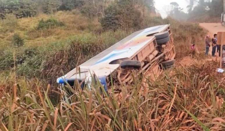 Ônibus da Viação Juína tomba na MT-170 nas proximidades de Castanheira
