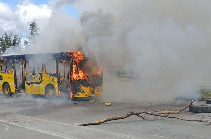 Bogotá: Ônibus é incendiado na região de Juan Amarillo