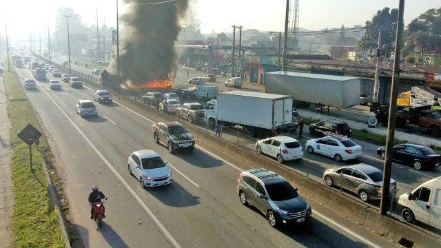 SP: Manifestantes fecham a Rodovia Rodovia Régis Bittencourt, em Taboão da Serra - revistadoonibus