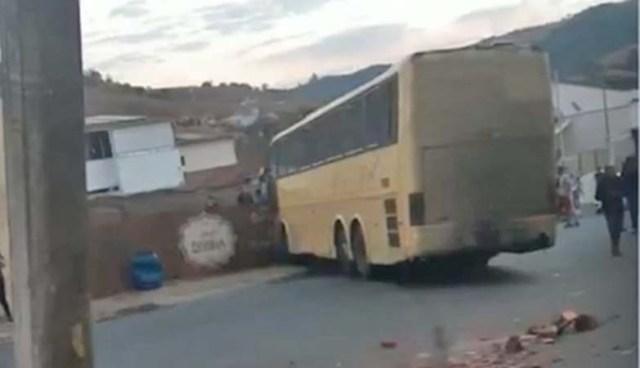 MG: Ônibus perde controle e bate em muro na cidade de Juruaia - revistadoonibus
