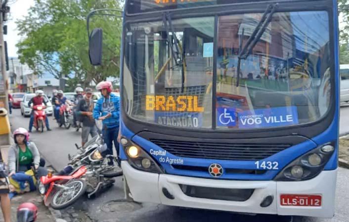 PE: Motociclista é atingida por ônibus no Centro de Caruaru
