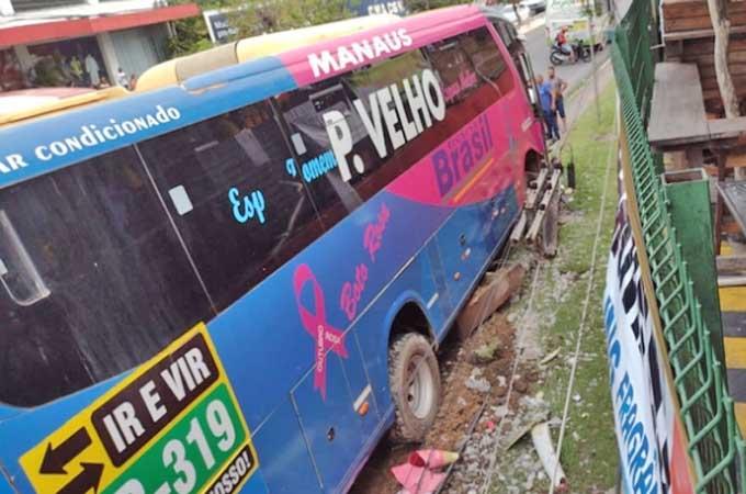 Manaus: Ônibus da TransBrasil sofre acidente na Zona Sul – Vídeo