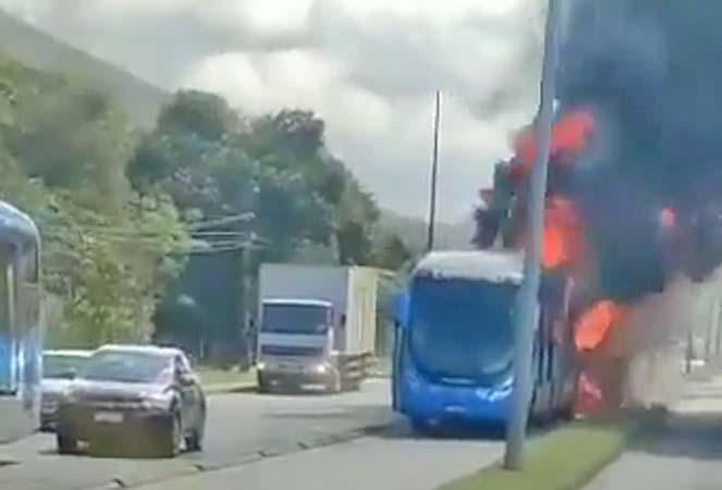 Vídeo: Ônibus do BRT Rio pega fogo no Corredor Transoeste