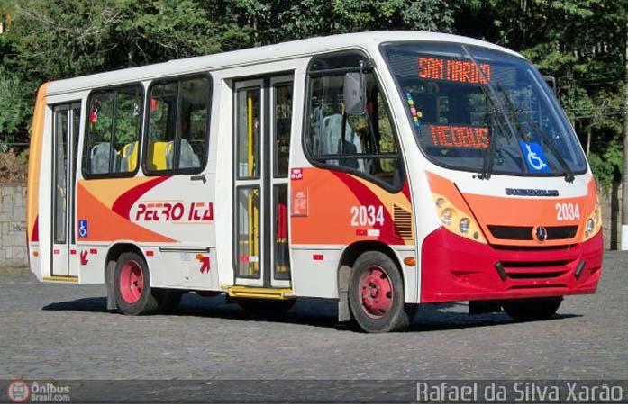 Petrópolis: Micro-ônibus da Viação Petro Ita derrapa e para em mureta de proteção