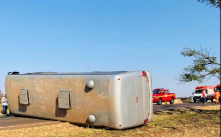 MG: Micro-ônibus fretado tomba deixando nove feridos a MG-748