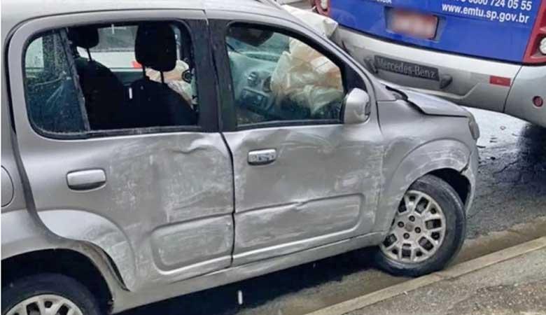 SP: Acidente entre ônibus e dois veículos deixa criança ferida em Guarujá