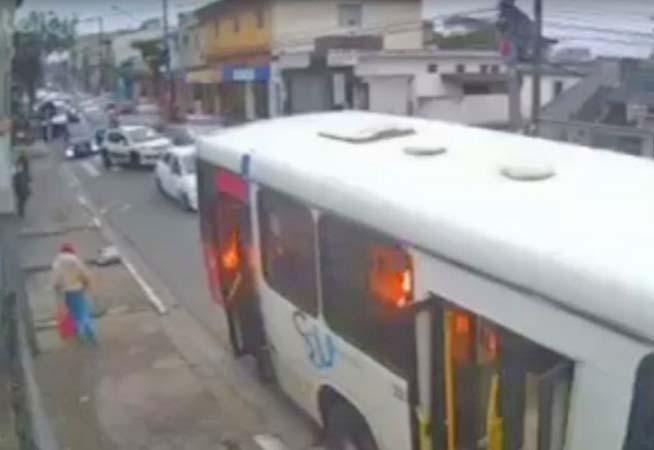 Bandidos incendiam ônibus em Diadema na Região Metropolitana de São Paulo