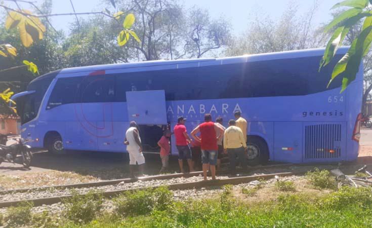 Vídeo: Ônibus da Guanabara entala em linha férrea na cidade de Codó no interior do Maranhão