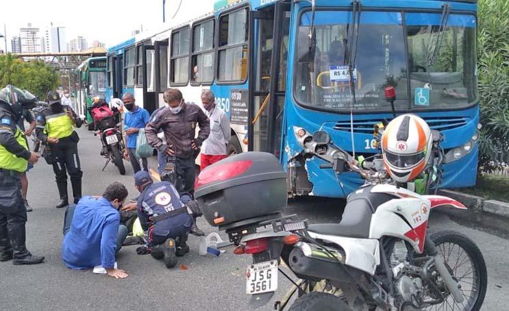 Moto de agente da Transalvador é atingida por ônibus na Avenida Vasco da Gama