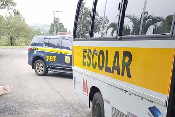 SC: PRF apreende micro-ônibus com 150 mil maços de cigarros na BR-153 em Água Doce
