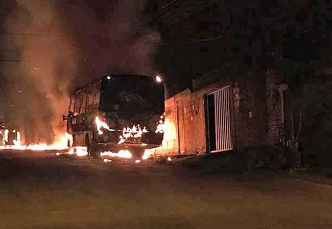 Vídeo: Dois ônibus são incendiados em Sete Lagoas/MG