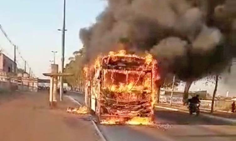 Goiânia: Ônibus pega fogo na GO-040 nesta manhã - revistadoonibus