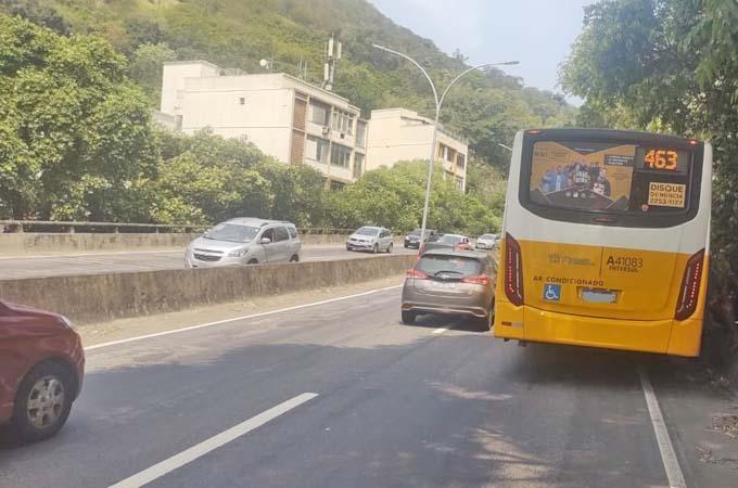 Rio: Ônibus da Real Auto Ônibus enguiça no Elevado Paulo de Frontin