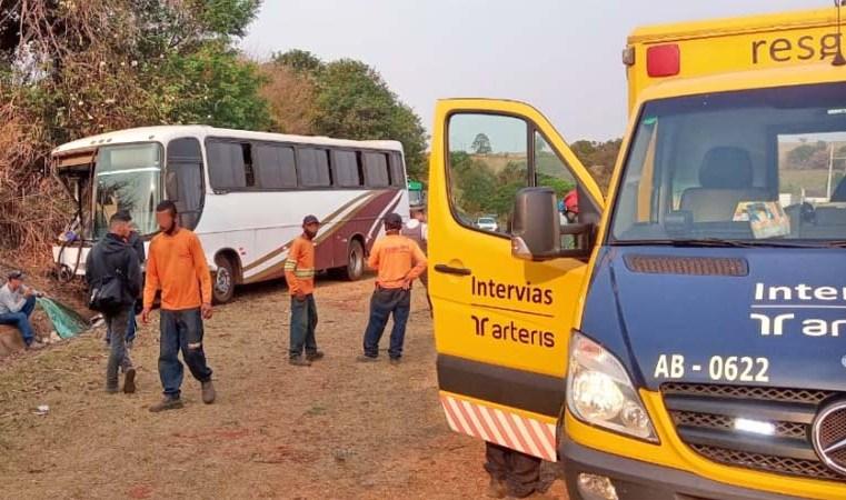 SP: Acidente entre carreta e ônibus deixa 8 feridos em Conchal