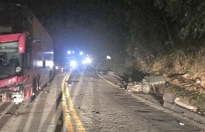 ES: Acidente entre carro e ônibus a serviço da Buser deixa um morto e três feridos em Venda Nova do Imigrante