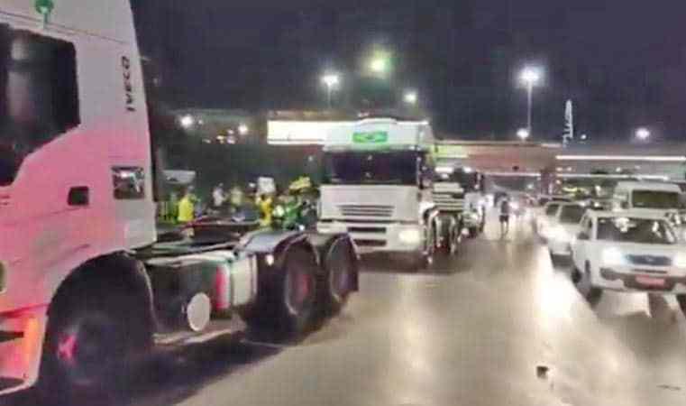 Vídeo: Aumenta o fluxo de veículos e ônibus em Brasília nesta noite de terça-feira