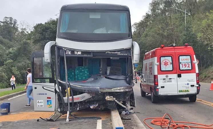 RS: Acidente entre carro e ônibus de turismo deixa um morto na BR-470, em Carlos Barbosa