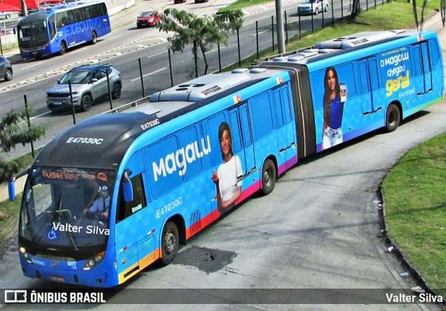 Passageiros do BRT Rio ficam mais de duas horas para embarcar em ônibus articulado
