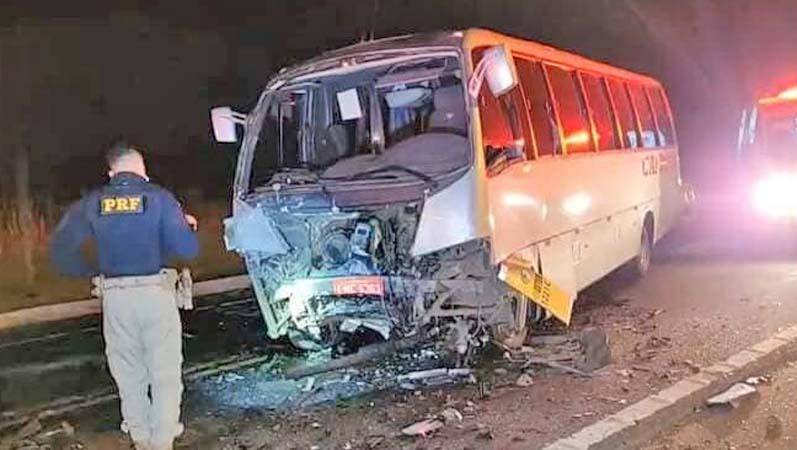 SC: Colisão entre caminhonete e micro-ônibus deixa três mortos em Lages na BR-282