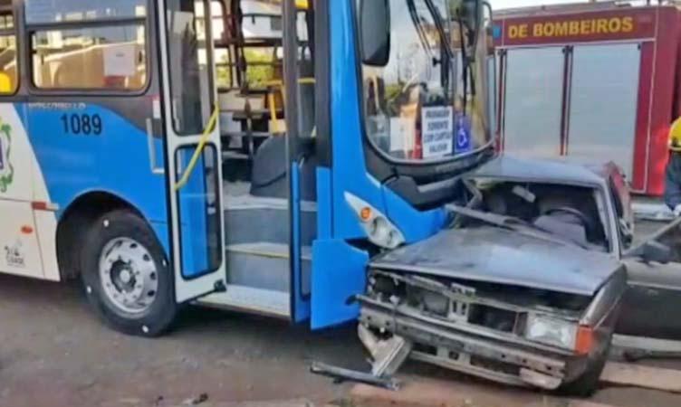 PR: Colisão entre carro e ônibus deixa duas pessoas feridas em Cascavel neste sábado