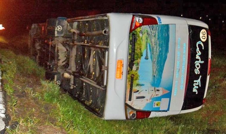 RS: Ônibus tomba na Freeway deixando nove pessoas feridas em Gravataí