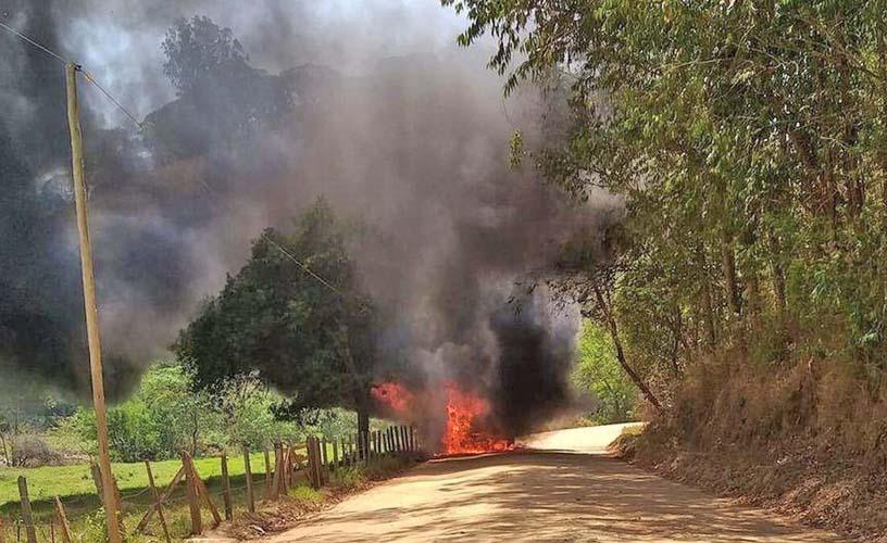 MG: Micro-ônibus escola pega fogo na zona rural de Piranguçu