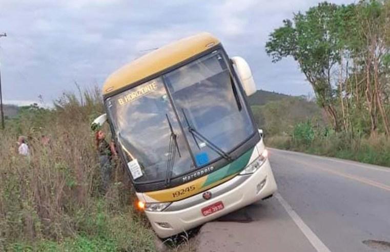 MG: Ônibus da Gontijo cai em valeta na BR-381 em Naque e deixa feridos - revistadoonibus