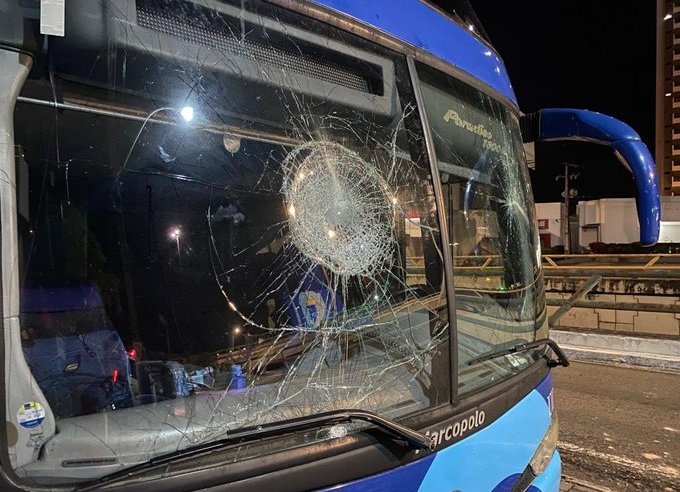 Natal: Jogadores do Campinense são agredidos por torcida organizada e ônibus é apedrejado