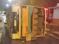 Rio: Ônibus com integrantes de escola de samba tomba na Avenida Brasil - revistadoonibus