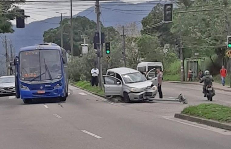 Rio: Acidente entre ônibus da Expresso Pégaso e carro deixa tráfego lento na Estrada do Mendanha