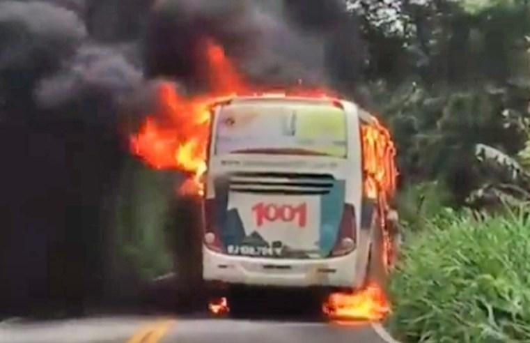 Vídeo: Acidente entre carro e ônibus da 1001 fecha a Serra do Mato Grosso em Saquarema - revistadoonibus