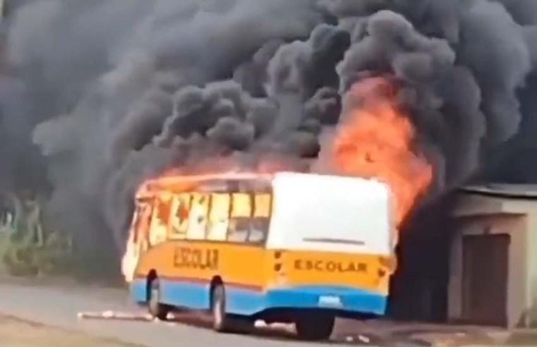 Vídeo: Micro-ônibus escolar pega fogo na estrada do Panaquatira, em São José do Ribamar