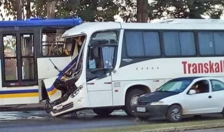 Vídeo: Acidente com dois ônibus complicou o trânsito na Avenida Augusto Montenegro, em Belém