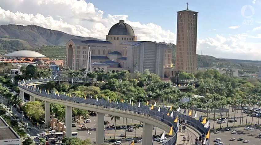 Aparecida: Ônibus de turismo começam deixa o estacionamento da Basílica nesta tarde
